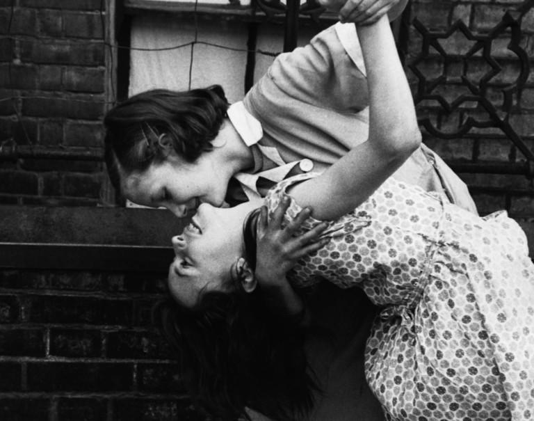 «Le mille bocche della nostra sete»: l'amore tra due ragazze nel dopoguerra