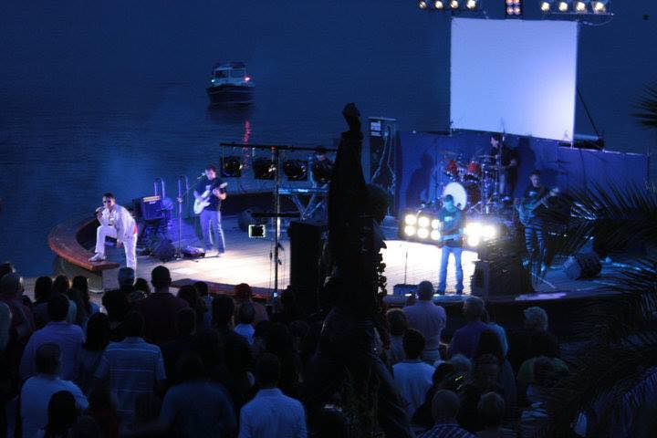 Una delle esibizioni di fronte al monumento dedicato a Freddie Mercury a Montreux