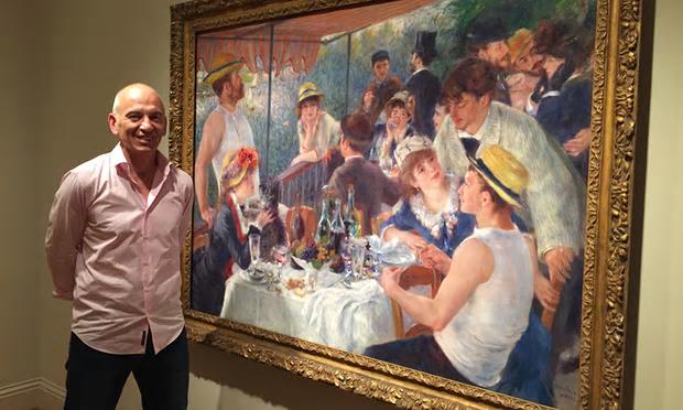 Il regista Phil Grabsky con La colazione dei canottieri di Pierre-Auguste Renoir - fonte: www.theguardian.com