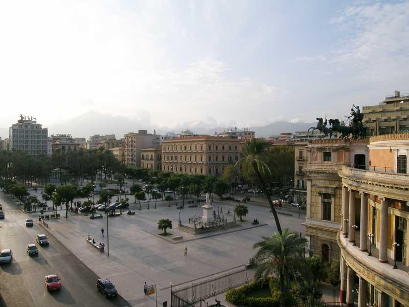 Piazza Politeama, Palermo. Fonte: www.blogsicilia.it