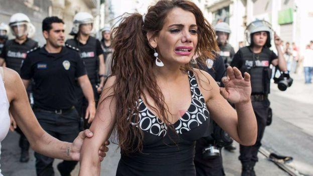 Hande Kader al Gay Pride di Istambul. Fonte: www.bbc.com
