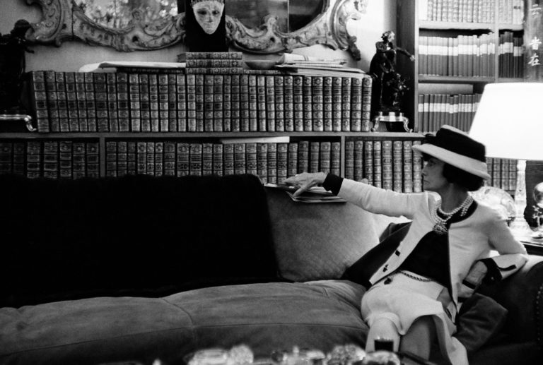 Chanel, la donna che legge: <br>a Venezia la Parigi degli anni '20