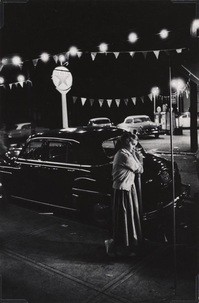 """MAST: fotografia di Eugene Smith. """"Ragazza piegata su un parchimetro"""""""