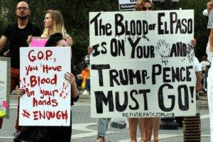 """Manifestanti accusano Trump di avere """"le mani coperte di sangue""""."""