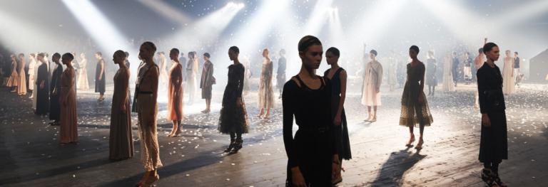 Quando una sfilata diventa arte: dialogo tra moda e performance